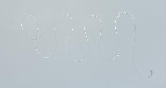 縫合には透明な糸を使用します